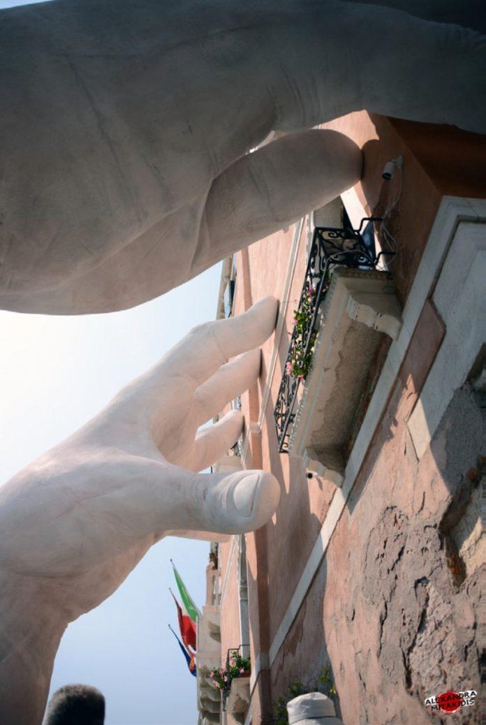 """Le """"grandi mani"""" di Lorenzo Quinn sulla facciata di Ca' Sagredo"""