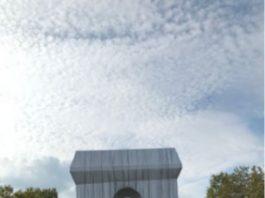 """Parigi, l'Arco di Trionfo """"impacchettato"""" (Foto di Fabrice Koos)"""